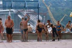 游泳衣的人们由被毁坏的桥梁,塞尔维亚 免版税库存照片