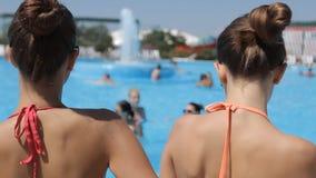 游泳衣的惊人的美丽的女孩 股票视频