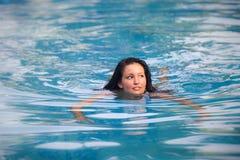 游泳衣的深色的女孩 免版税库存照片