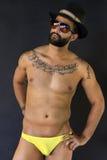 游泳衣的年轻肌肉人 免版税库存照片