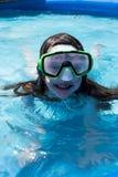 游泳面具的女孩在后院水池特写镜头 免版税图库摄影