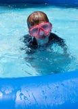 游泳面具的男孩在后院水池 免版税图库摄影