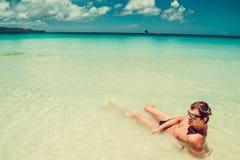 游泳风镜的愉快的人在海放松享受夏天海滩假期的 时刻旅行 释放重点 清楚的水晶水 Exoti 免版税库存图片