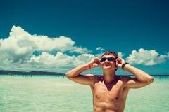 游泳风镜的愉快的微笑的人享用夏天海滩的假期 时刻旅行 释放重点 查寻天空 赤裸上身的适合a 图库摄影