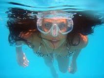 游泳水池潜水看头发面孔夏天水休息夫人旅行水色的游泳女孩 免版税库存图片