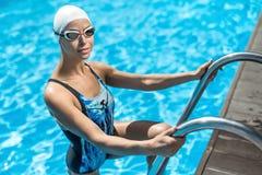 游泳水池的嬉戏女孩 免版税库存图片