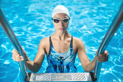 游泳水池的嬉戏女孩 免版税库存照片