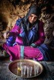 游牧人妇女居住在洞的,游牧人谷,阿特拉斯山脉,摩洛哥 免版税库存图片