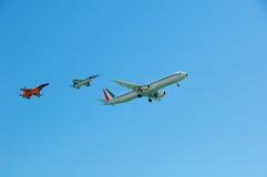 伴游空中客车A321和F-16 库存照片