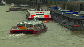 游船准备靠码头,伦敦 股票视频
