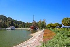 游船和木Galleon船餐馆在Mezhyhirya,乌克兰 免版税库存图片