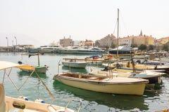 游船和游艇在海码头在布德瓦在黑山 免版税图库摄影