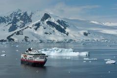 游船在一个夏日在南极Pe附近的海峡 免版税图库摄影