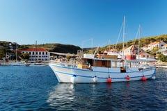 游船在一个小镇Postira -克罗地亚,海岛Brac的港口 库存图片