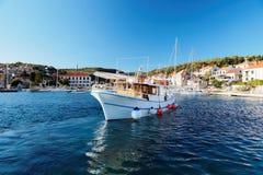 游船在一个小Postira镇的港口-克罗地亚,海岛Brac 库存照片