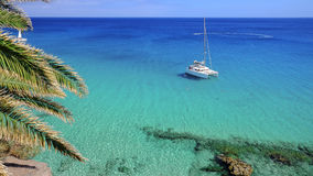 游船在大西洋蓝色盐水湖在费埃特文图拉岛, 免版税库存照片