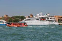 游船在威尼斯,意大利附近的亚得里亚海 库存图片