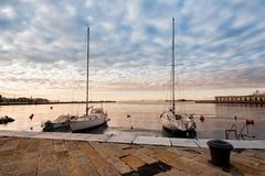 游船在港口停泊 免版税库存照片