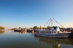 游船在翁夫勒港口 下诺曼底,卡尔瓦多斯,法国的区域 免版税库存照片