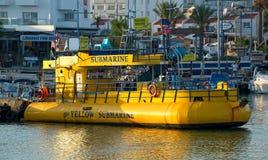 游船在船坞钓鱼海港的黄色潜水艇 免版税图库摄影