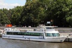 游船在莫斯科河的码头 免版税库存照片