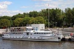 游船在莫斯科河的码头 免版税库存图片