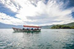 游船在萨尔瓦多巡航美丽的火山的破火山口湖Coatepeque的水 美国中央成象映射美国航空航天局 免版税库存照片