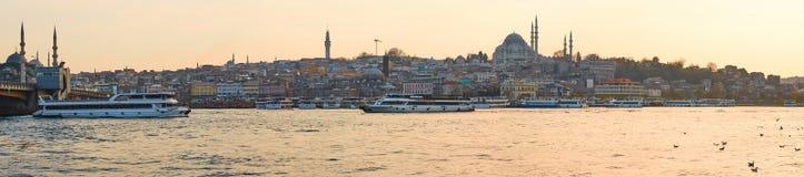 游船在金黄垫铁航行在伊斯坦布尔在日落,土耳其 免版税库存照片