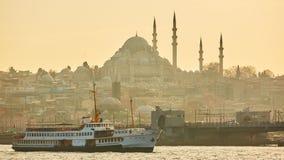 游船在金黄垫铁航行在伊斯坦布尔在日落,土耳其 库存照片