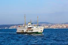 游船在金黄垫铁航行在伊斯坦布尔在日落,土耳其 免版税库存图片