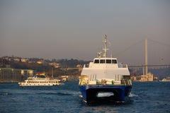 游船在金黄垫铁航行在伊斯坦布尔在日落,土耳其 库存图片