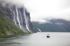 游船在Geiranger海湾 免版税库存图片