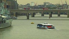 游船横渡泰晤士河,伦敦 股票视频
