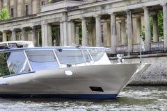 游船沿河狂欢在柏林的中心航行 免版税图库摄影