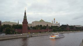游船沿莫斯科河航行在克里姆林宫墙壁附近 Timelapse 影视素材