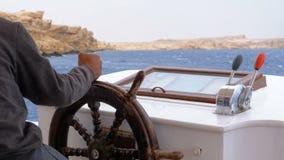 游船的方向盘的上尉 上尉控制海游艇 股票录像