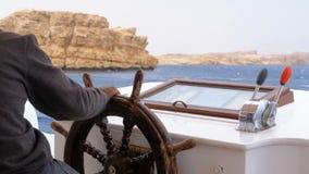 游船的方向盘的上尉 上尉控制海游艇 股票视频