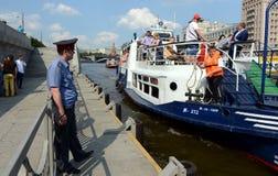 游船被停泊对在莫斯科河的码头 免版税库存照片