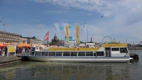游船被停泊对码头在赫尔辛基,芬兰的历史的中心 股票视频