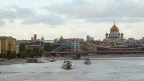 游船风帆通过莫斯科河 云彩移动 Timelapse 股票录像