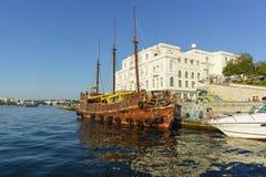 游船,被设计作为一艘古老帆船,在船坞在塞瓦斯托波尔海军陆战队员水族馆博物馆附近 免版税库存图片