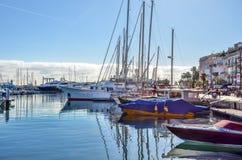 游艇、快艇和风船在Port Le Vieux -戛纳, Fr 免版税库存图片