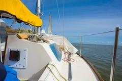 游艇。航行。乘快艇。旅游业。 免版税库存图片