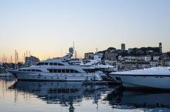 游艇与升戛纳的港口日落签到背景 免版税图库摄影