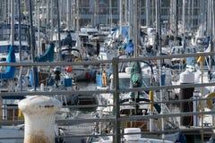 游艇人群在小游艇船坞 免版税库存图片