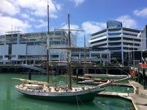 游艇停泊在奥克兰江边新西兰 库存照片