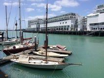 游艇停泊在奥克兰江边新西兰 免版税库存照片