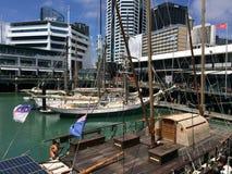 游艇停泊在奥克兰江边新西兰 图库摄影