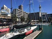 游艇停泊在奥克兰江边新西兰 库存图片