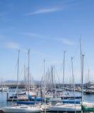 游艇停泊在小游艇船坞 免版税库存图片